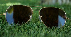 Jak usunąć rysy z okularów przeciwsłonecznych? Proste sposoby