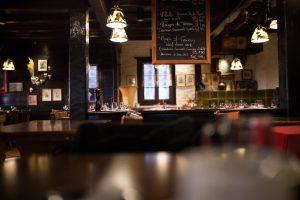 Zasady savoir vivre w restauracji – poradnik dobrego zachowania przy stole