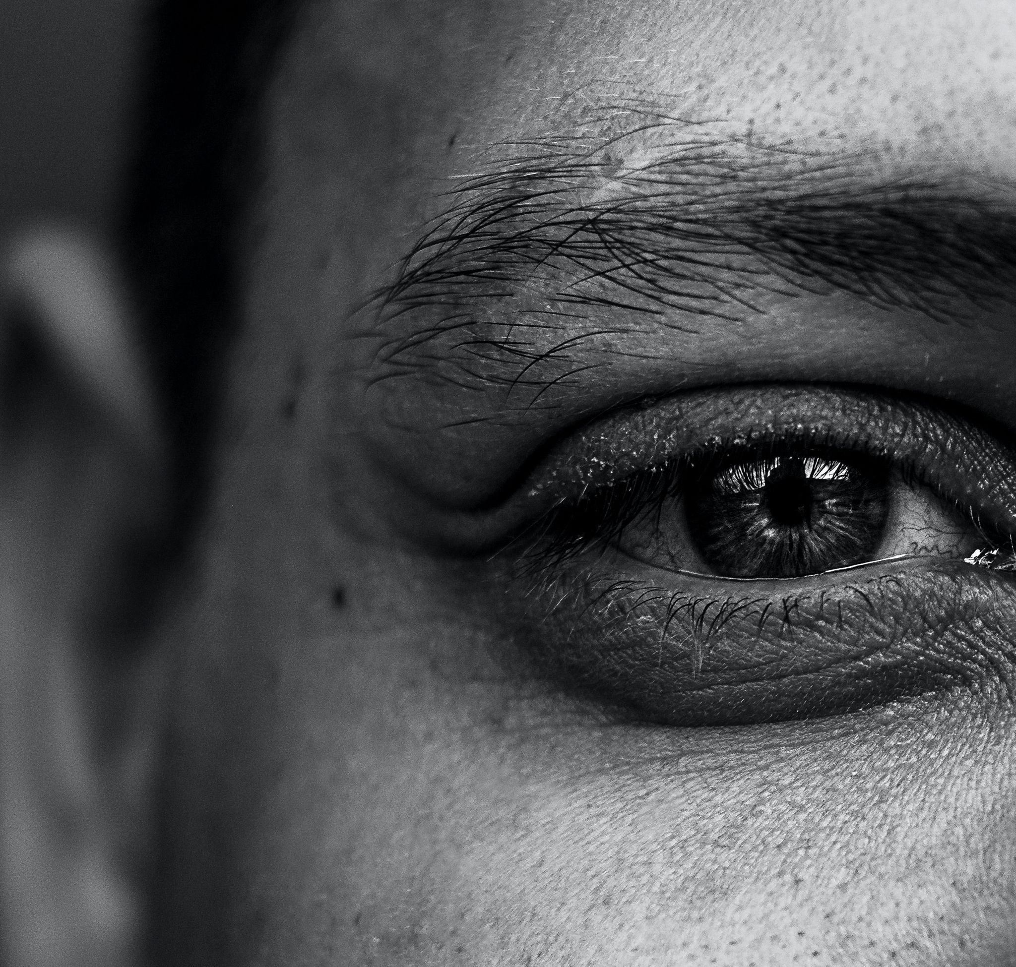 Cienie pod oczami u mężczyzn – co stosować na podkrążone oczy?