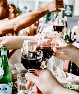 Jak trzymać kieliszek z winem?