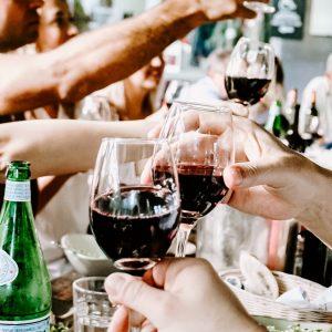 Jak trzymać kieliszek  z winem? Savoir vivre przy stole