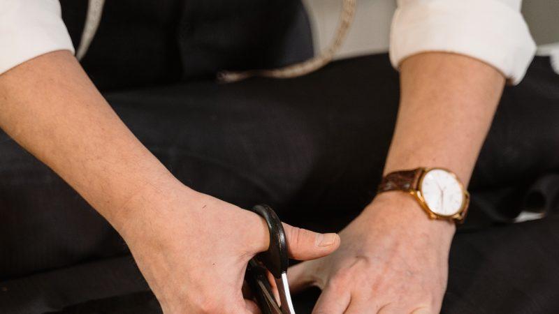 Poprawki krawieckie – skracanie rękawów marynarki