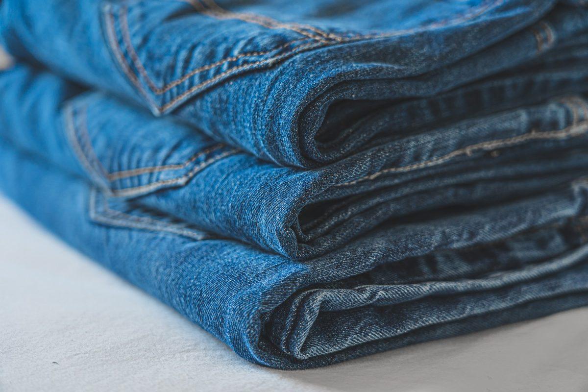 Jakie wybrać spodnie do czarnej koszuli?