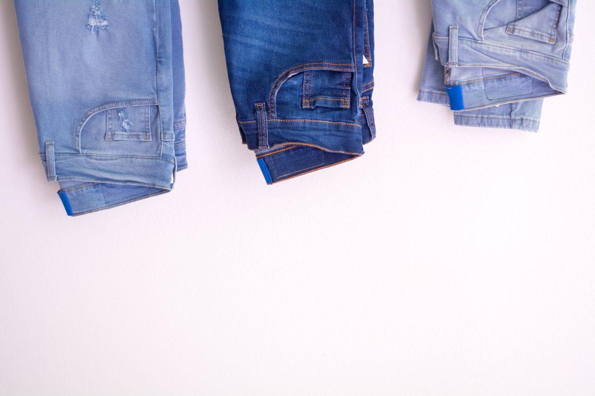 Spodnie carrot – do jakiej stylizacji pasują?